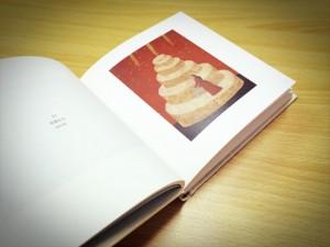 作品の画肌が伝わる柔らかな質感の本文紙